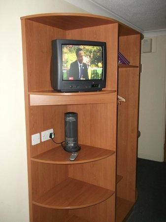 Premier Inn Gloucester (Longford) Hotel: Television and Fan in room.