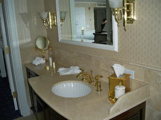 Madison Beach Hotel, Curio Collection by Hilton: Bathroom Sink
