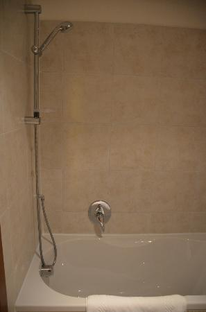 Residence Corte Grimani: Powerful shower/ small bath