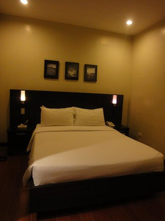 Hotel Esse Davao: The bed (with the ultra-soft pillows)