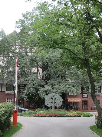 Парк-отель Голосеево: it was difficult to take a picture of the hotel because there are a lot of trees