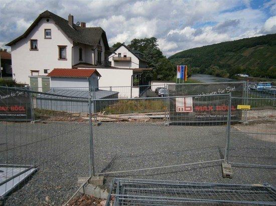 Straubs Schöne Aussicht: view in rear side of hotel, from bridge