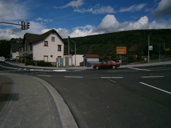 Straubs Schöne Aussicht: street crossing point near hotel