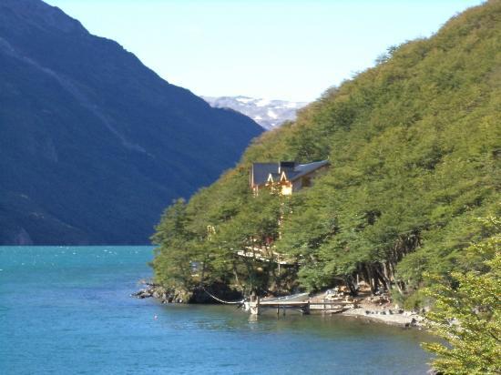 Aguas Arriba Lodge : El Lodge visto desde un camino que costea el Lago