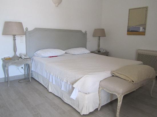 Saint Andrea Seaside Resort : Chambre vaste avec meubles stylisés