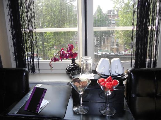 Hotel Sebastian's: strawberries and chocolates offered