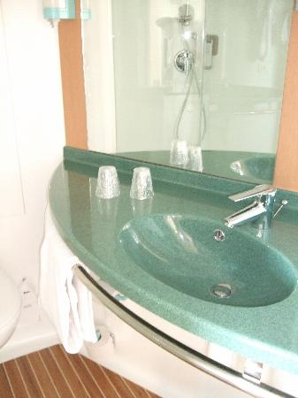 Ibis Calais Tunnel Sous la Manche: Spotless bathroom