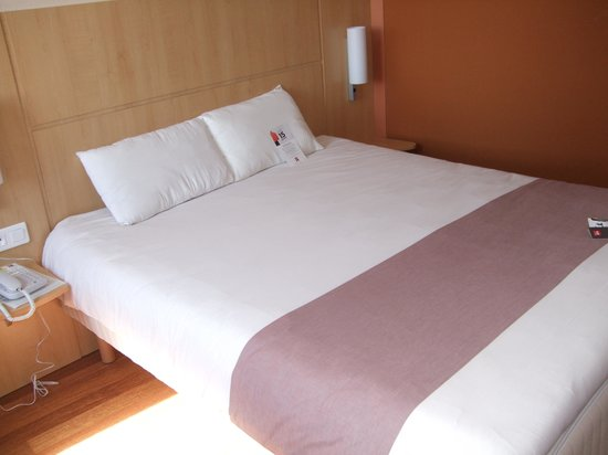 Ibis Calais Tunnel Sous la Manche : Clean and comfortable bed