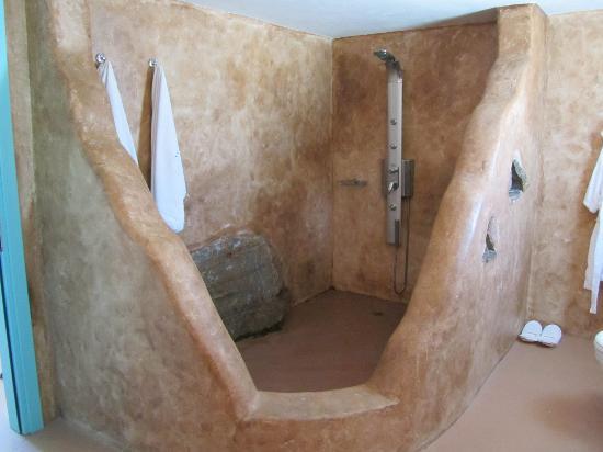 Medusa Resort: Grande zone douche, style rustique, dans une immense salle de bain