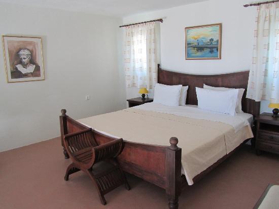 Medusa Resort: La partie chambre se trouve sur une mezzanine, avec vue sur mer par une petite fenêtre