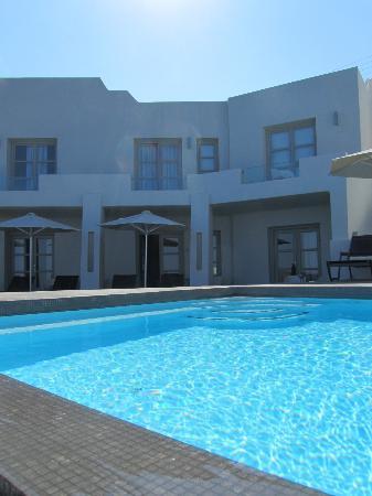 Avaton Resort : Les chambres donnent sur une très petite piscine