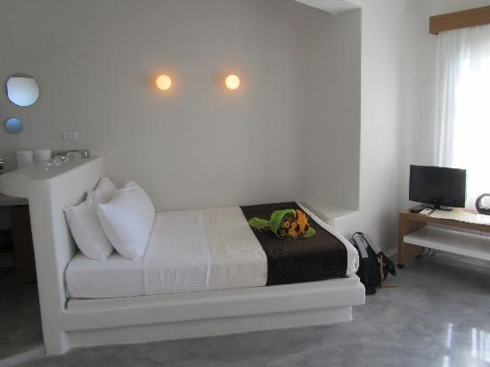 Avaton Resort : Lit un peu encastré contre le mur dans une chambre plutôt petite