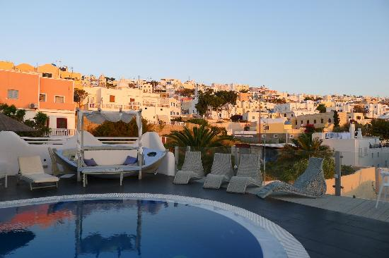 Rena's Rooms & Suites: View of Fira from the hotel