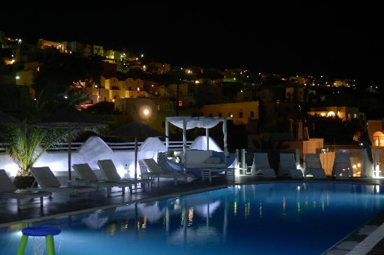 Rena's Rooms & Suites: Pool by night