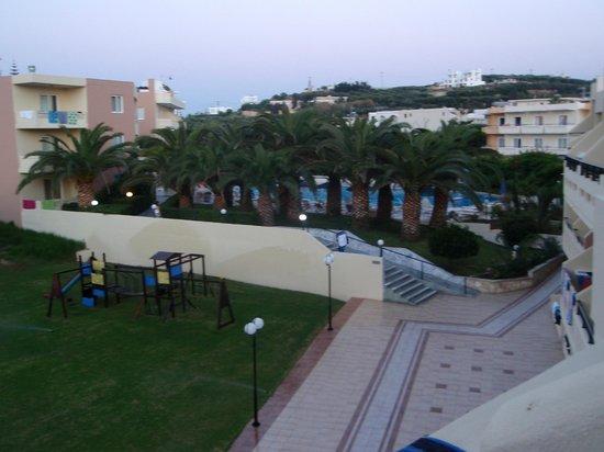 Atrion Resort Hotel: Η πισίνα από μακριά!!!