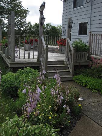 Auld Farm Inn B & B: The deck/garden with hummingbird views