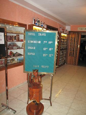 Hotel Trave: The sign says ZZ o'clock (Certainly not the case in the bar)