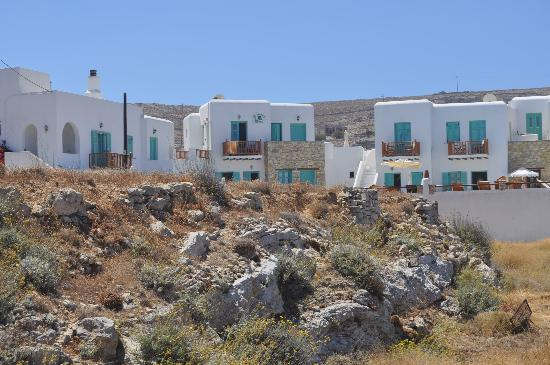 Odysseus Hotel: El hotel desde la callecita que lleva al centro