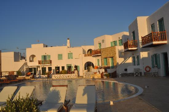 Odysseus Hotel: Vista de la piscina y las habitaciones del hotel