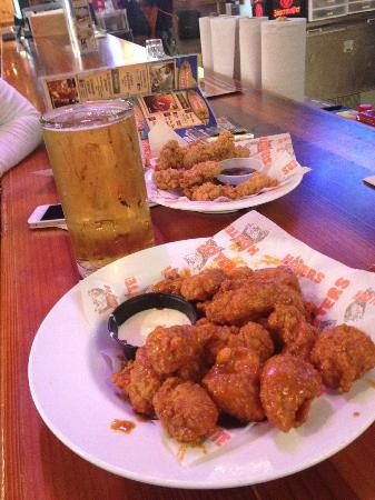 Hooters of Pointe Orlando: Boneless wings and a beer. Heaven.