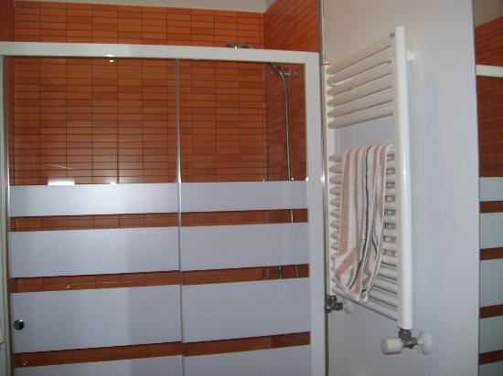 Hostal Cibeles: bagno con grande doccia