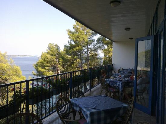 la terrazza dell'hotel Sali dove è servita la prima colazione