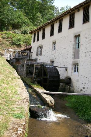 Saint-Leonard-de-Noblat, France : La roue du Moulin du Got