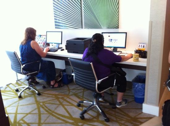 Comfort Suites Miami Airport North: Computadoras en recepción