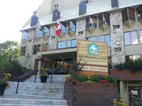 Mountainside Lodge: Main entrance - parking entrance right of signage