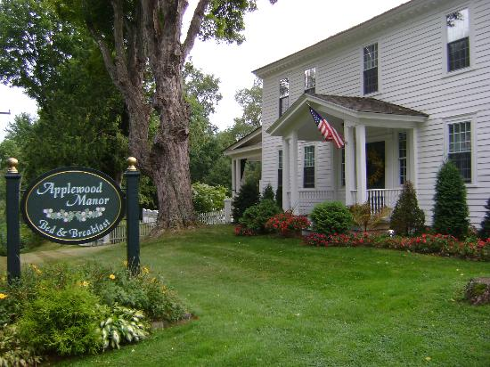 Applewood Manor Bed & Breakfast: Front entry