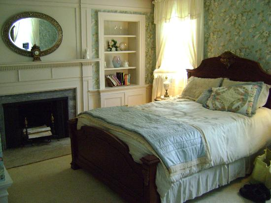 Applewood Manor Bed & Breakfast: Sarah's room 3
