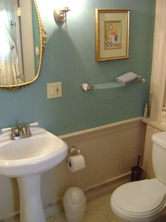 Applewood Manor Bed & Breakfast: Spotless bath with pedestal sink