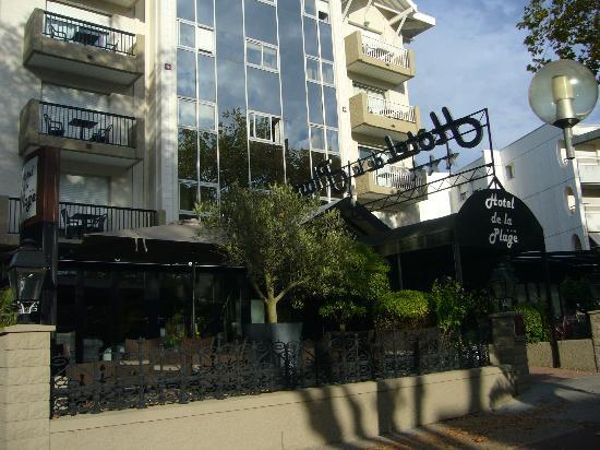 Hotel de la Plage : hotel de l'extérieur avec sa terrasse en véranda