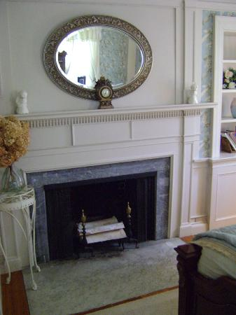 Applewood Manor Bed & Breakfast: Sarah's room 2. Fire place is now heating duct for house.