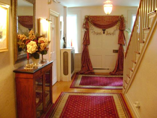 ‪‪Applewood Manor Bed & Breakfast‬: Hallway looking towards front entry