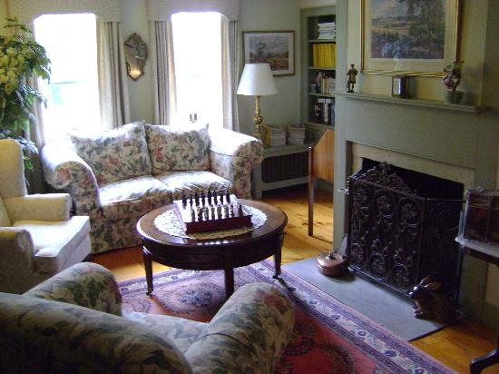 Applewood Manor Bed & Breakfast: Sitting area 2