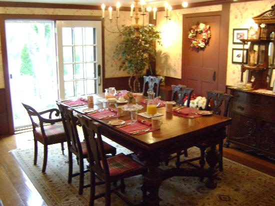 Applewood Manor Bed & Breakfast: Breakfast room ready to go