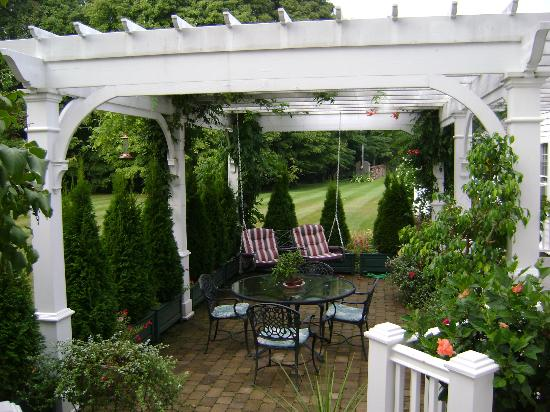 Applewood Manor Bed & Breakfast: Arbor and swing