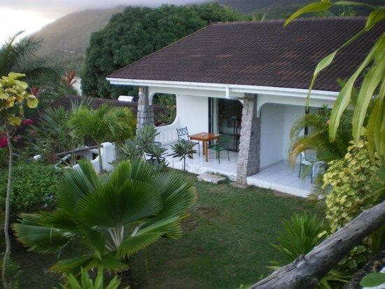 Eden's Holiday Villas: Terrasses de deux autres chambres avec jardin commun