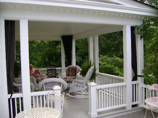 Applewood Manor Bed & Breakfast: Sunporch with Wicker furniture