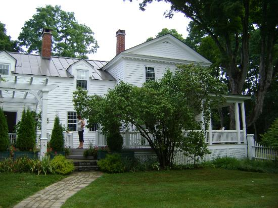 Applewood Manor Bed & Breakfast: Rear of house, arbor on left