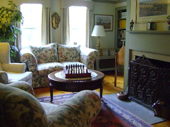 Applewood Manor Bed & Breakfast: Sitting room