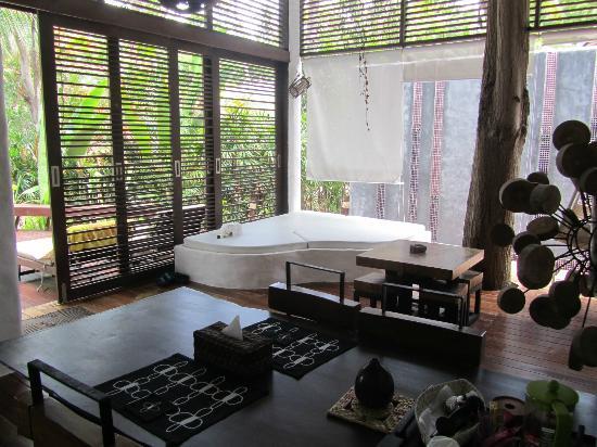 Koh Tao Cabana: Villa Ma Kam, espace commun totalement ouvert sur l'extérieur et inutilisable après 17h (moustiq