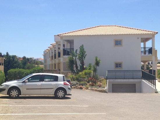 Novochoro Apartamentos Turisticos: view outside hotel,pool to the left,our apt to the right