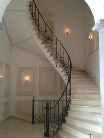 Casa Gangotena: Lovely staircase from rooms to lobby