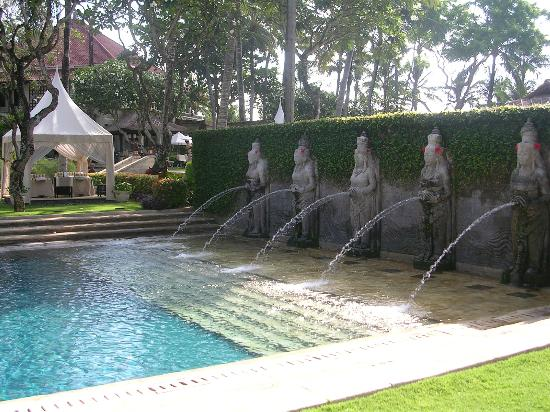 Fuentes en piscina lado hotel fotograf a de - Fuentes para piscinas ...