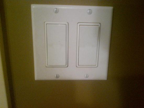 ‪‪Lakeview Inns & Suites - Edson Airport West‬: filthy bathroom light switch