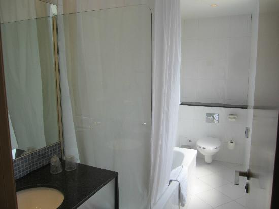 Holiday Inn Express Molins De Rei: Bathroom