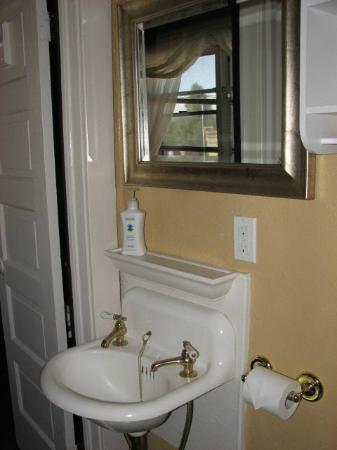 Cottonwood Hotel: Original bathroom Mae West Suite#4