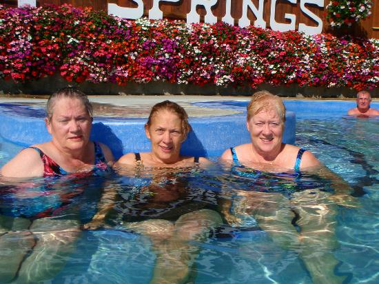 Ainsworth Hot Springs Resort: relaxing in the open pool